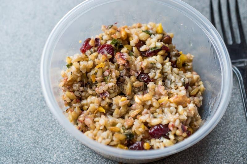 Grano Tabule di Freekeh con i crespini ed arachide e cereale/Tabula in scatola di plastica immagini stock libere da diritti