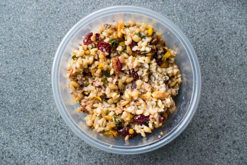Grano Tabule di Freekeh con i crespini ed arachide e cereale/Tabula in scatola di plastica fotografia stock