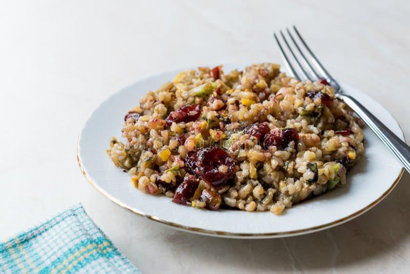 Grano Tabule di Freekeh con i crespini, l'arachide ed il cereale/Tabula Frik o il bulgur di Firik/Bulghur fotografia stock