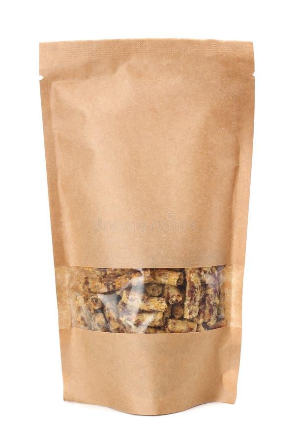 Granola śniadanie w Kraft papierowej torbie odizolowywającej na białym tle Muesli zdrowa żywność prętowi zboża diet sprawność fiz obrazy royalty free