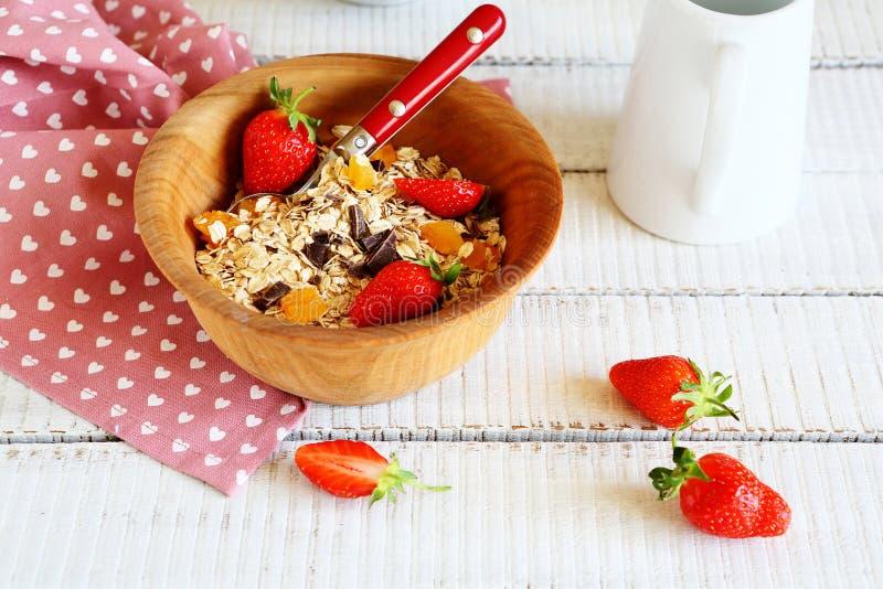 Granola και φράουλες σε ένα κύπελλο στοκ εικόνες