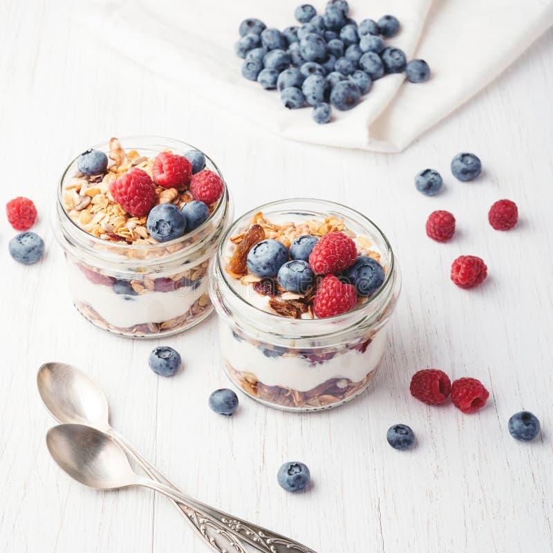 Granola με τα μούρα και γιαούρτι στα βάζα στοκ φωτογραφίες με δικαίωμα ελεύθερης χρήσης