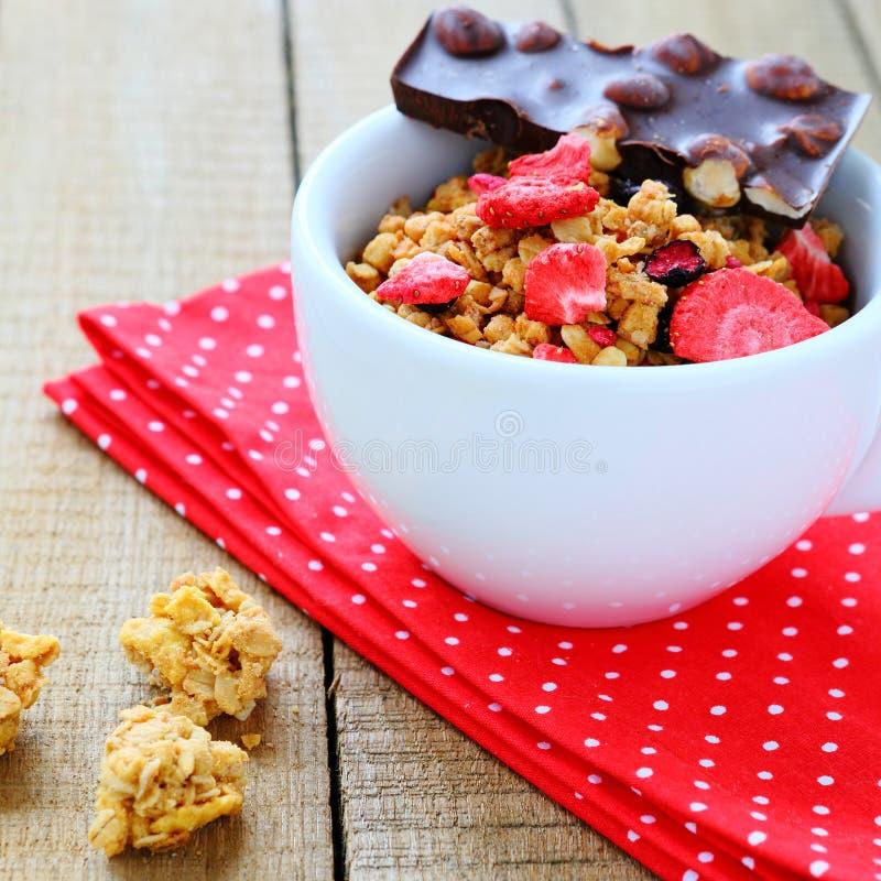 Granola με τις ξηρές φράουλες και τη σοκολάτα στοκ εικόνα με δικαίωμα ελεύθερης χρήσης