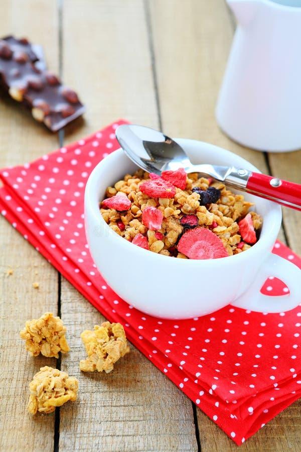Granola με τις ξηρές φράουλες στοκ φωτογραφίες με δικαίωμα ελεύθερης χρήσης