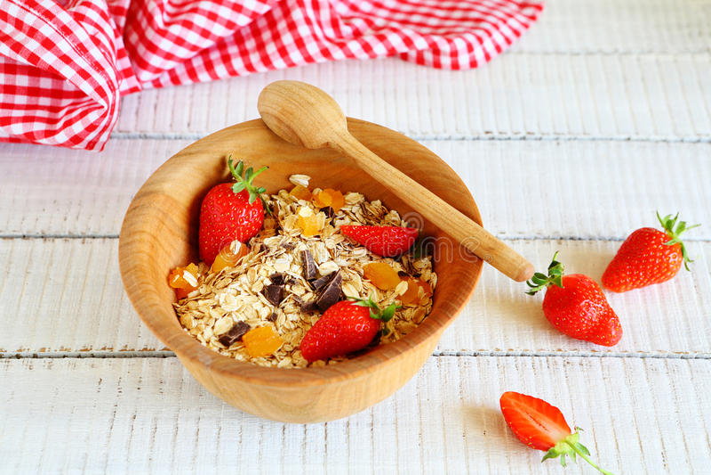 Granola με τις φράουλες και τα τσιπ σοκολάτας στοκ εικόνες