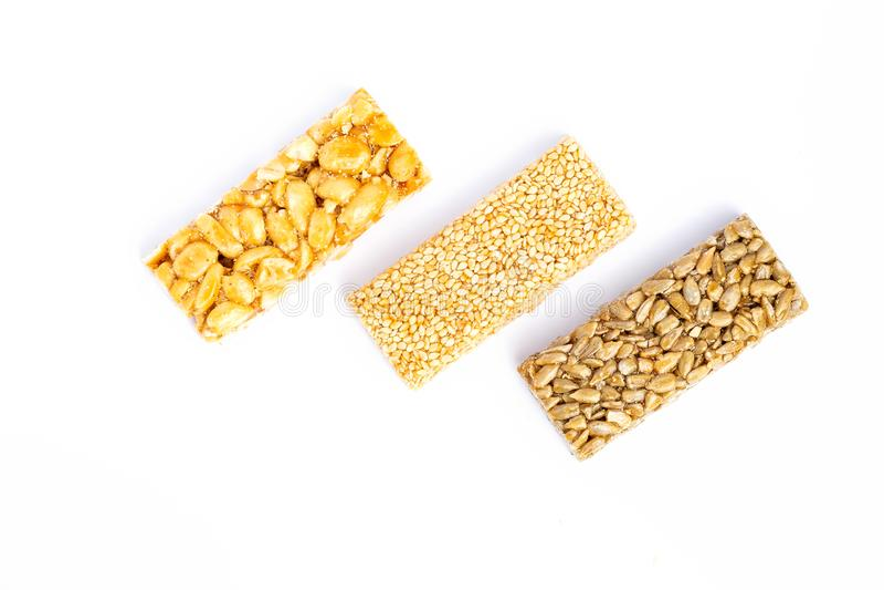 granola ράβδων ανασκόπησης που απομονώνεται πέρα από το λευκό Υγιές γλυκό πρόχειρο φαγητό επιδορπίων Σουσάμι, φουντούκι, ηλίανθος στοκ εικόνες με δικαίωμα ελεύθερης χρήσης