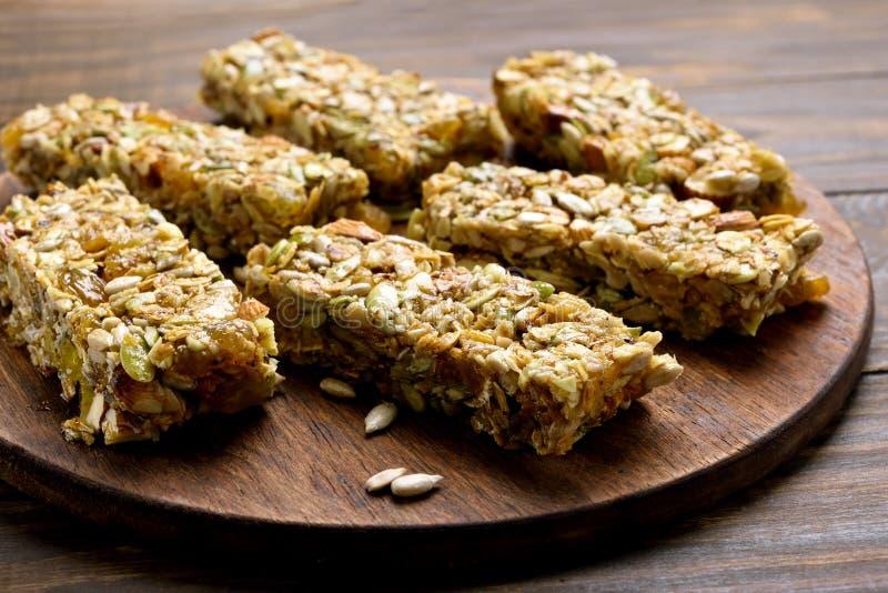 granola ράβδων ανασκόπησης που απομονώνεται πέρα από το λευκό Υγιές ενεργειακό πρόχειρο φαγητό στοκ φωτογραφία με δικαίωμα ελεύθερης χρήσης