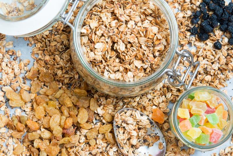 Granola σε ένα βάζο με τα ξηρά μούρα στοκ φωτογραφία