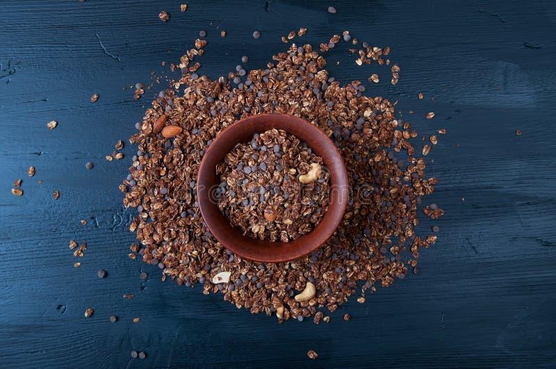 Granola падений шоколада с гайками анакардии и миндалины стоковое фото rf