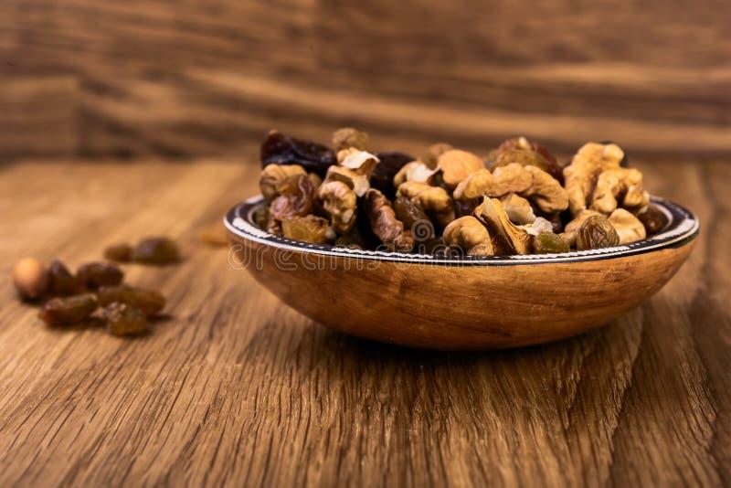 Granola с гайками, высушенными абрикосами, изюминками стоковая фотография