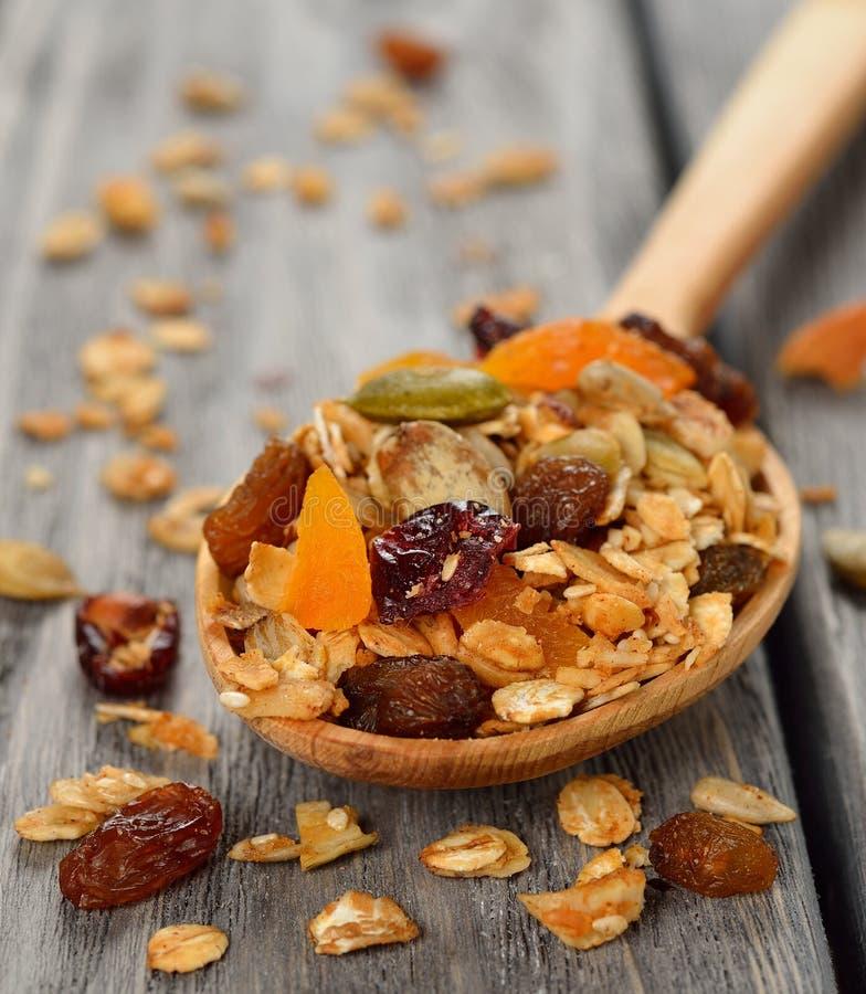 Granola с плодоовощ и гайками стоковая фотография rf