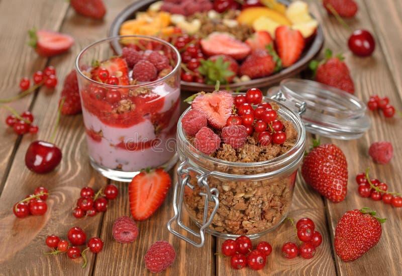 Granola с ягодами и плодоовощ стоковые изображения