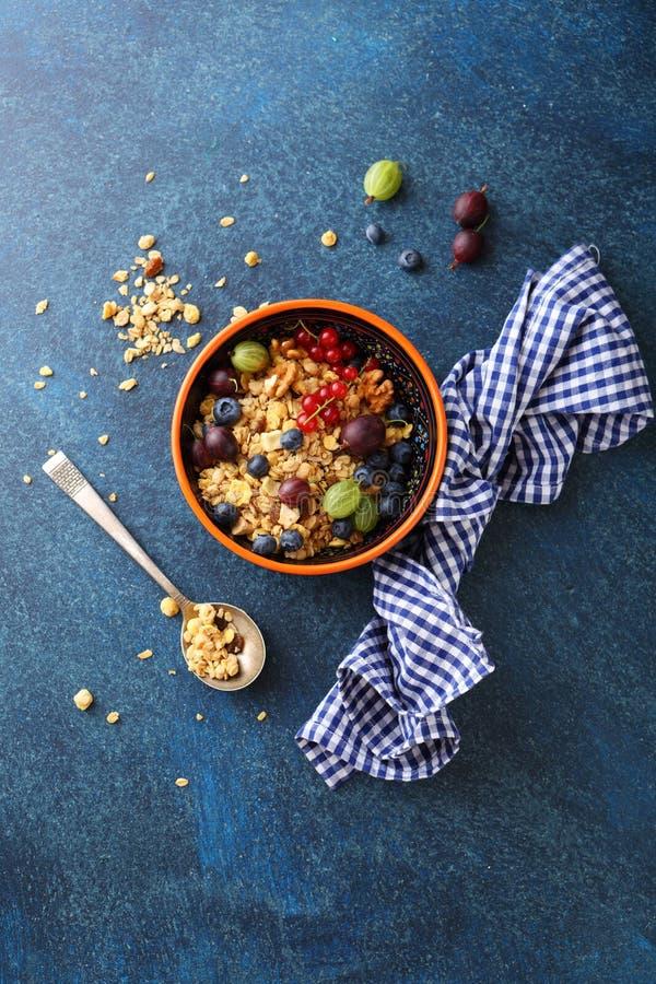Granola avec des fruits d'été photo stock
