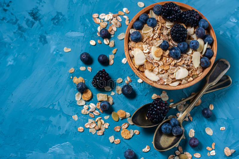 Granola avec des myrtilles et des mûres Nourriture saine images libres de droits