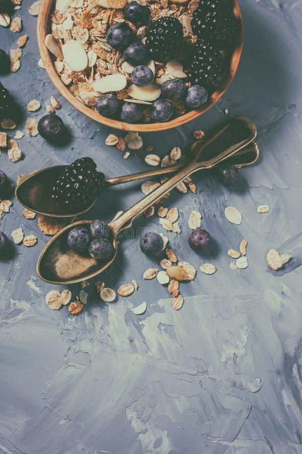 Granola avec des myrtilles et des mûres Nourriture saine photo stock