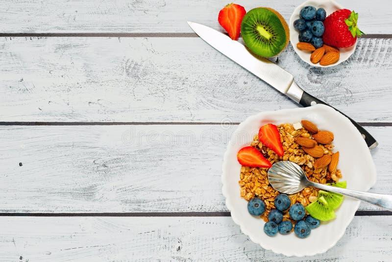 Granola avec le concept de petit déjeuner de fruits frais photos libres de droits