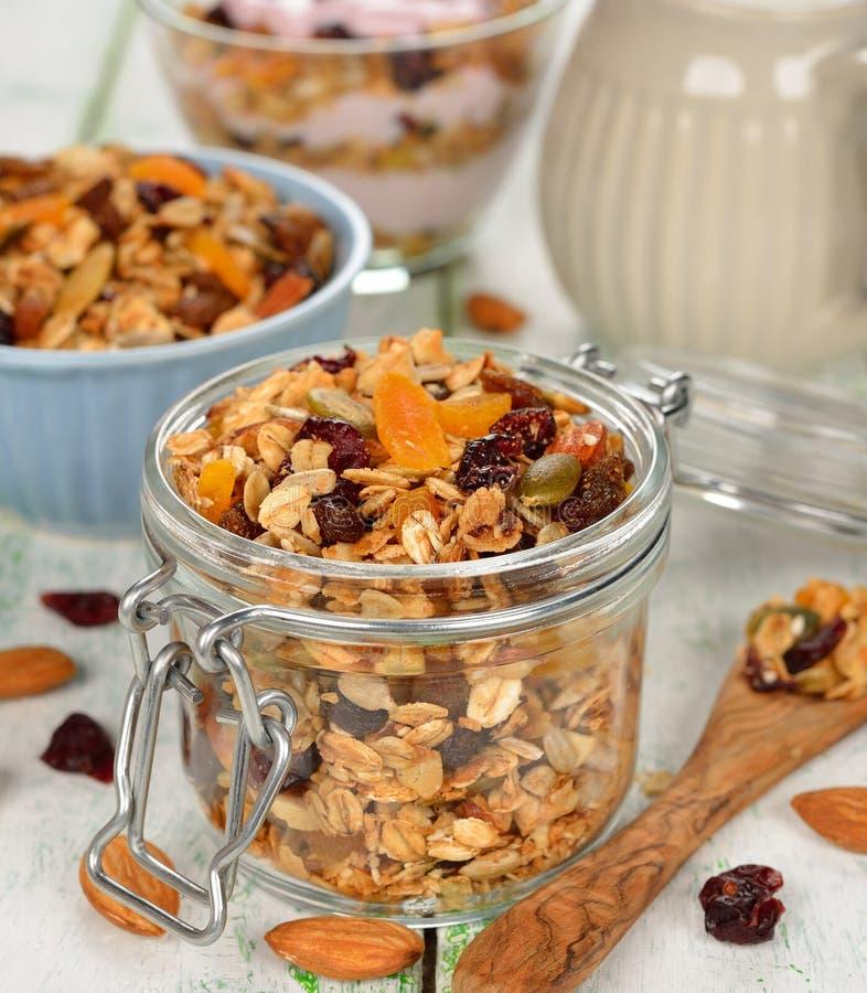 Granola avec le fruit et les écrous photos stock