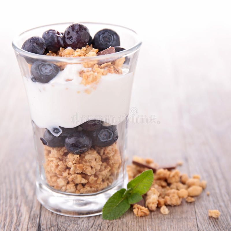 Granola, bacche e yogurt fotografie stock