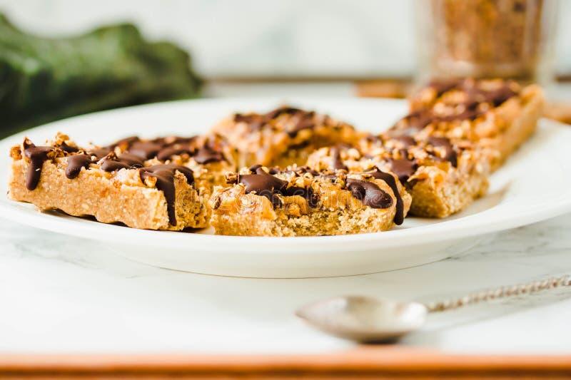 Granola baru tort z daktylowym karmelem i czekoladą Zdrowa słodka deserowa przekąska Zboża granola bar z dokrętkami, owoc i jagod zdjęcie stock
