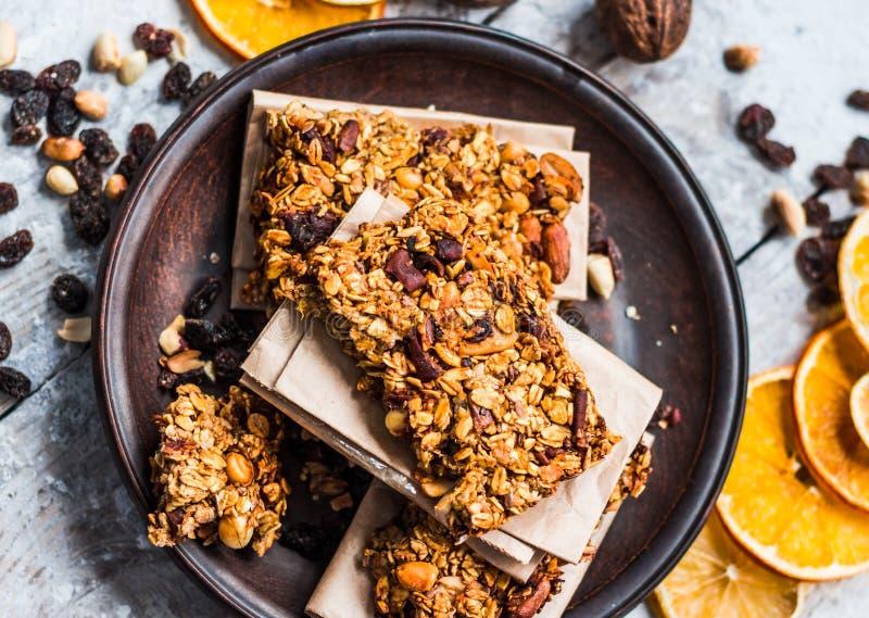 Granola bary cytrusy, masło orzechowe i suszący - owoc, zdrowy jedzenie obrazy stock
