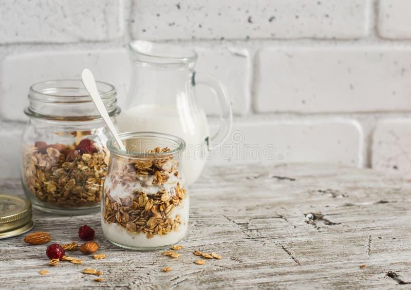 Granola casalingo e yogurt naturale su una superficie di legno leggera Alimento sano, prima colazione sana fotografia stock