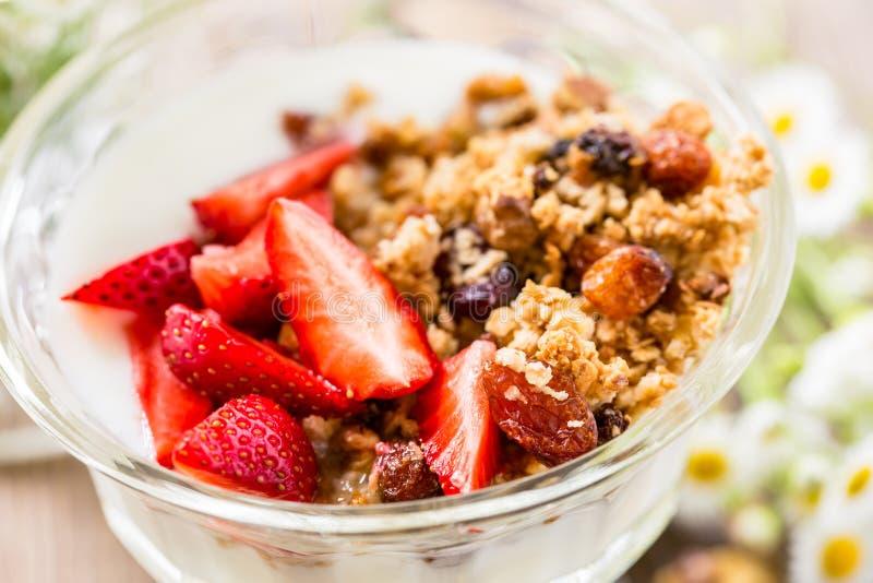 Granola caseiro com a morango fresca sobre o iogurte da baunilha foto de stock royalty free