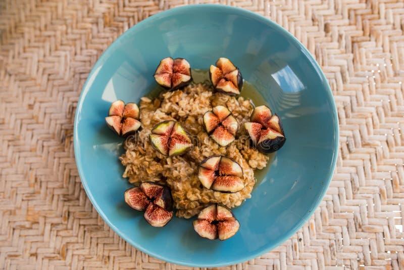 Granola com frutos do figo, café da manhã do mel fotografia de stock royalty free