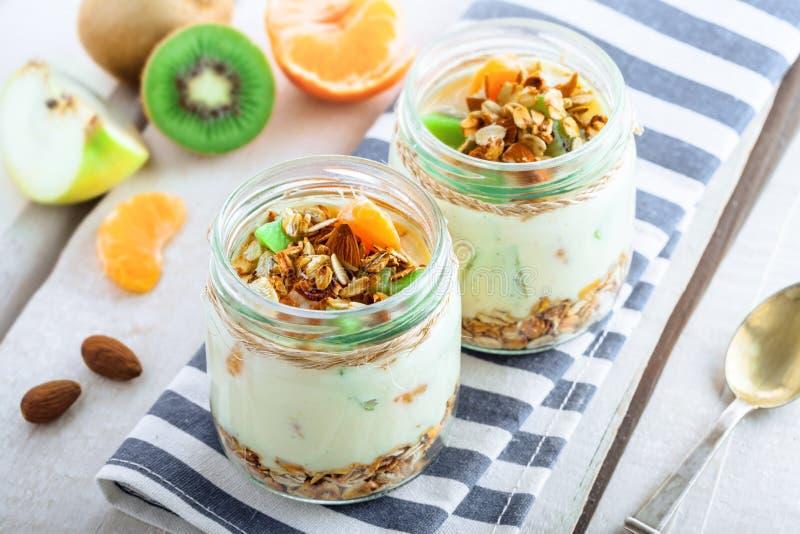 Granola com iogurte e frutos foto de stock