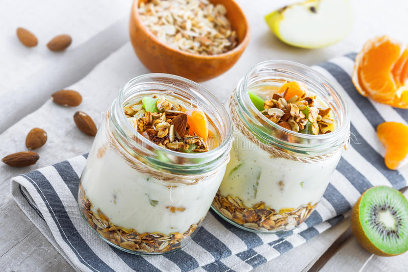 Granola com iogurte e frutos fotografia de stock