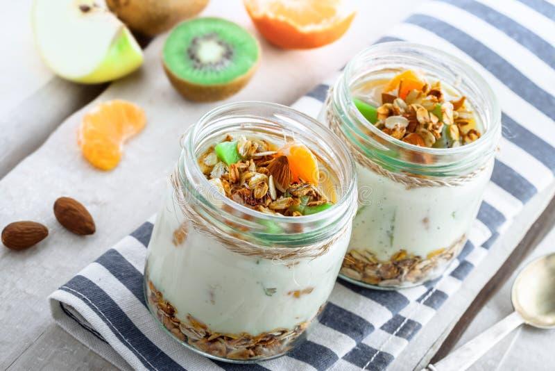 Granola com iogurte e frutos foto de stock royalty free
