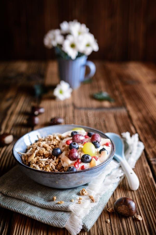 Granola com iogurte, uvas, mirtilos, microplaquetas do coco e puré de castanha imagens de stock royalty free