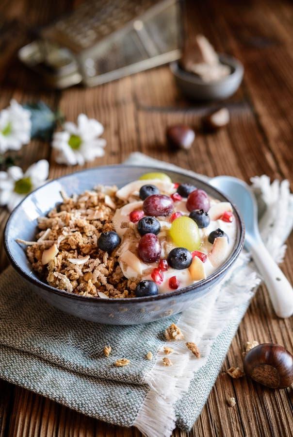 Granola com iogurte, uvas, mirtilos, microplaquetas do coco e puré de castanha imagem de stock royalty free