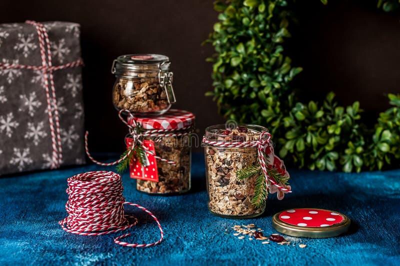Granola como regalo de la Navidad foto de archivo libre de regalías