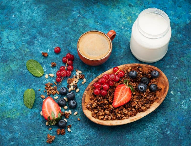 Granola con bayas y nueces, yogur y café expreso en taza foto de archivo libre de regalías
