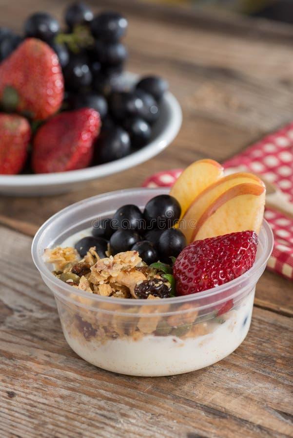 Granola con la frutta fresca ed il yogurt Alimento sano immagini stock libere da diritti