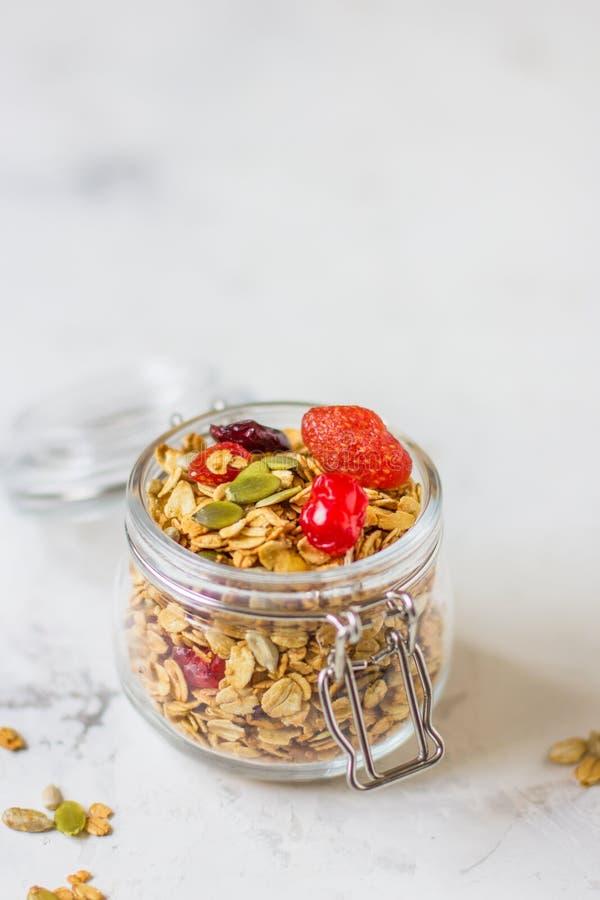 Granola dans un pot avec les baies et les graines de citrouille sèches photo libre de droits