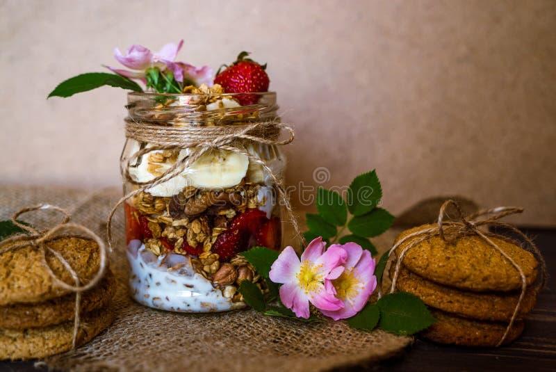 Granola in de kruik en de koekjes stock foto
