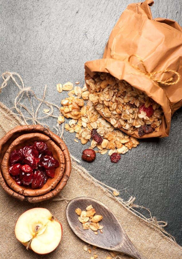 Granola, droge Amerikaanse veenbessen, hazelnoten en honing stock fotografie