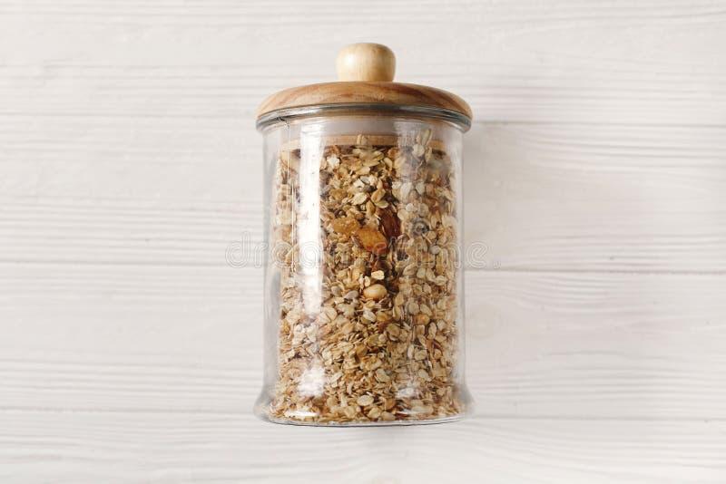 Granola en el vidrio, endecha plana concepto de la tienda a granel Muesli delicioso imágenes de archivo libres de regalías