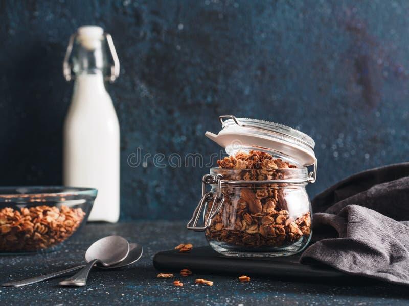Granola faite maison dans le pot en verre sur la table foncée image libre de droits