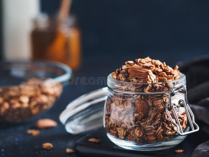 Granola faite maison dans le pot en verre sur la table foncée images stock