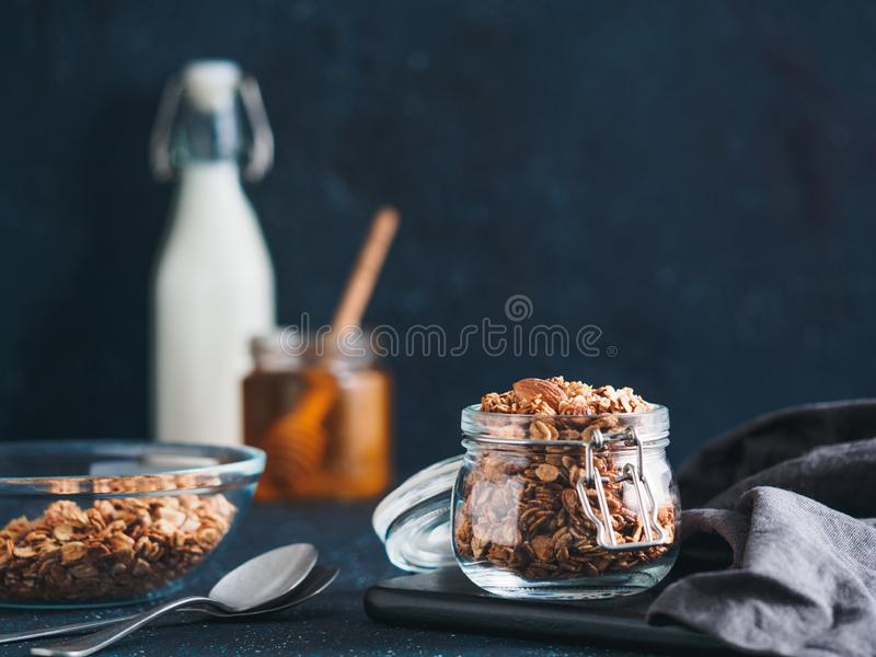 Granola faite maison dans le pot en verre sur la table fonc?e image libre de droits