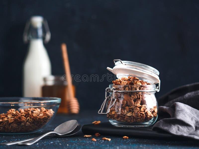 Granola faite maison dans le pot en verre sur la table fonc?e photo libre de droits