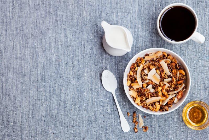 Granola fraîche de petit déjeuner sain, muesli dans une cuvette blanche et tasse de café Vue sup?rieure Copiez l'espace photo stock