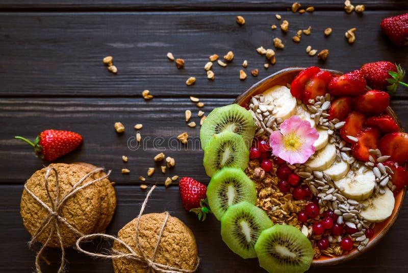 Granola, fresa, galletas imagen de archivo libre de regalías