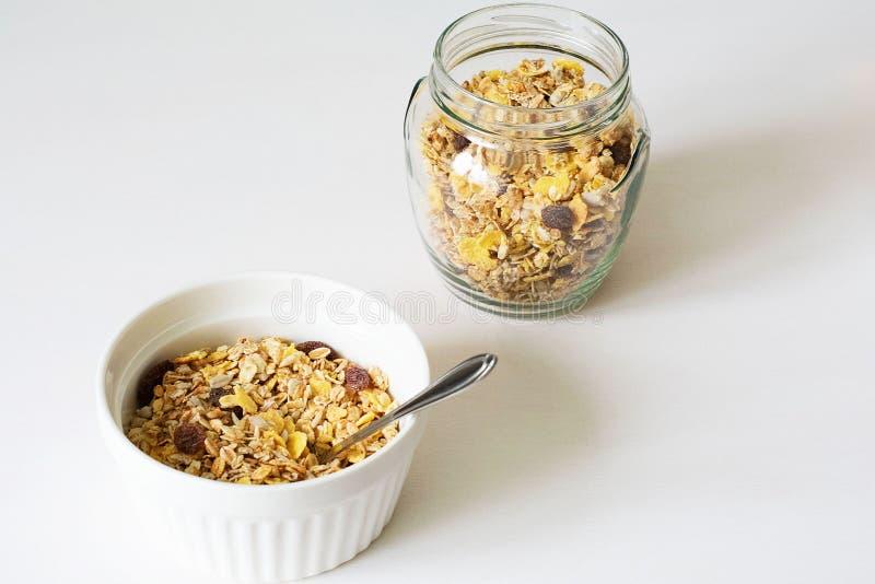 Granola fresco del desayuno sano en un fondo blanco imagen de archivo