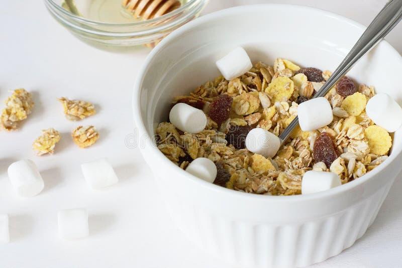 Granola fresco del desayuno sano en un fondo blanco fotos de archivo libres de regalías
