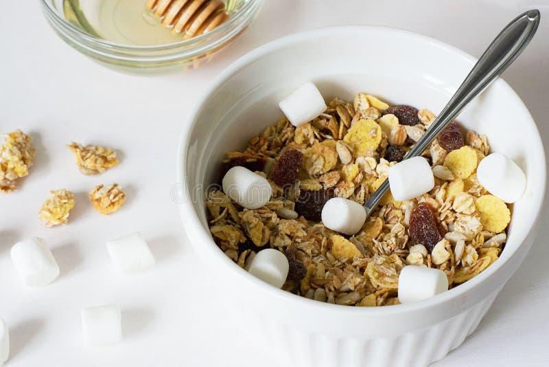 Granola fresco del desayuno sano en un fondo blanco imágenes de archivo libres de regalías
