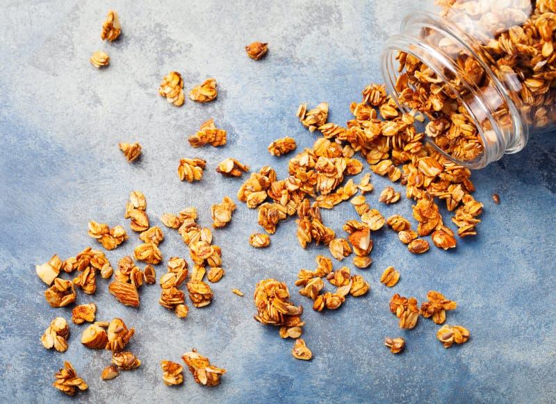 Granola fresco del desayuno sano, muesli en una avena orgánica del tarro de cristal, almendra y semillas de girasol fotos de archivo