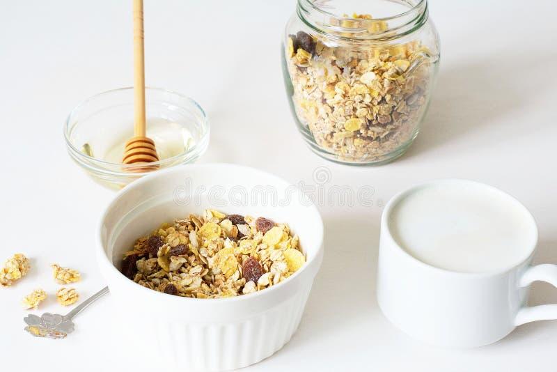 Granola fresco della prima colazione sana su un fondo bianco immagine stock